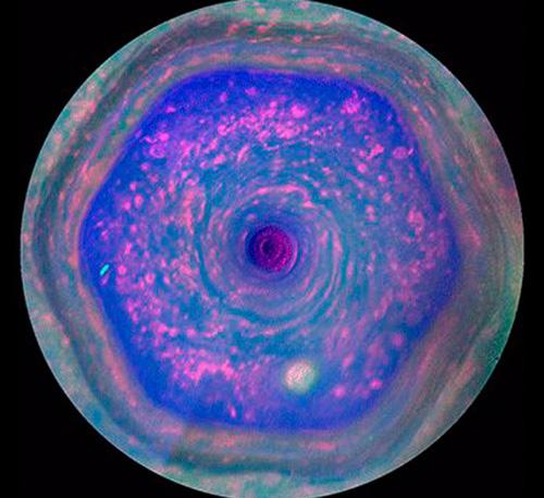 Saturn Hexagon: Cassini filmt windiges Sechseck (Video ...