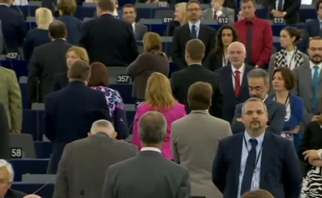 eu-parlement-eklat-hymne